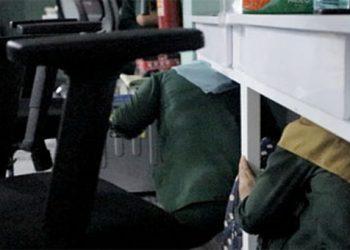 SIMULASI GEMPA - Karyawan kantor PT Geosistem berlindung di bawah meja saat tergadi gempa.