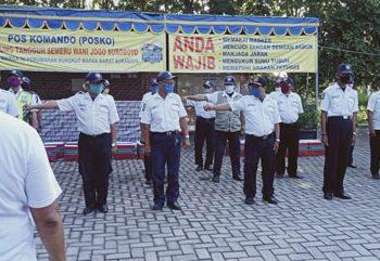 Kasatgas Covid-19 RMB, Hariyanto (membelakangi) memimpin Apel Satpam