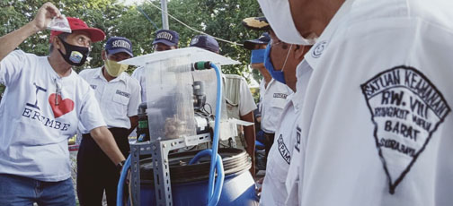 HERI PUDJO, sang profesor disinfektan RMB, menunjukan kantong plastik kecil berisi 40 cc cairan BKC 0,05%