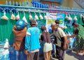 """Warga memilih mau mengambil yang mana """"Sedekah Gantung"""" di Dupak Bangunsari Tengah  Surabaya,"""