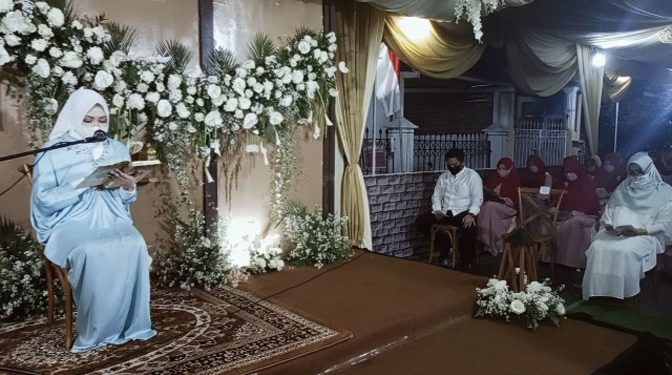 AZMI LISANI WAHYU, ST, MT membaca Al Qur'an di depan ratusan jamaah pengajian majelis Taqlim Muslimah RMB saat pengajian jelang pernikahannya, Kamis malam (6/8/2020).