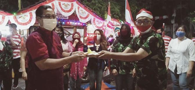 Ketua RT 7 RMB, Birul Walidain memberikan Nasi Tumpeng kepada ketua RW-08 RMB, Bambang Nurhadi