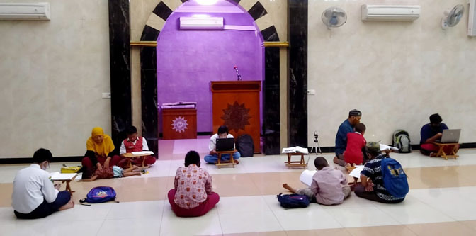Beberapa Pelajar Memanfaatkan Fasilitas Wifi Gratis di dalam Masjid At Taqwa Bangunsari Surabaya