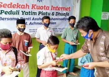 Slamet Supriyadi, Kepala Panti Asuhan KH. Achmad Dahlan membagikan voucher pulsa peket internet kepada siswa SD dan SMP binaanya.