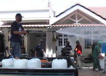 Penyemprotan disinfektan bersamaan pemasangan terop pada hajatan pernikahan di Rungkut Mapan Barat VI/AF-06 Surabaya