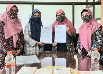 Dekan Fakultas Pendidikan Ilmu Psikologi Universitas Muhammadiyah Sidoarjo, Dr. Akhtim Wahyuni, M.Ag (2 dari kiri) bersama ketua PW Aisyiyah Jawa Timur MKS (2 dari kanan) menunjukkan kesepakatan tentang pendampingan panti asuhan Aisyiyah se-Sidoarjo