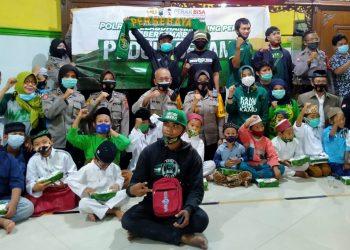para Bonek dan Bonita bersama Kapolres Pelabuhan Tanjung Perak, Kapolsek Krembangan Surabaya berbagi Jumat Berkah kepada anak-anak yatim panti asuhan Achmad Dahlan.