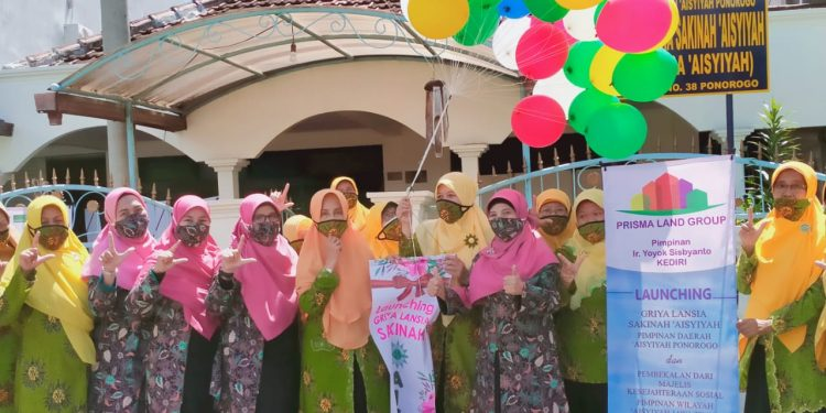 Dari kiri PW Aisyiyah MKS Jatim Fitria Leliana, Dwi Hasna, Budiyati , Yang memegang balon Titi Listyorini (Ketua PDA Ponorogo) dan disebela kanan Nur Haidah (ketua bidang koordinasi PW Aisyiyah Jatim MKS)