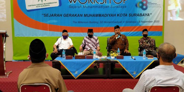 Dari kiri Prof Dr Aminuddin Kasdi MS, Dr H Mahsun M Ag, Drs Andi Hariyadi M Pd I, Drs H Saifuddin Zaini M Pd I dalam workshop penulisan sejarah Muhammadiyah kota Surabaya