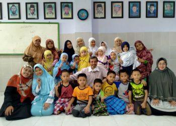 Suprapto (tengah) Kepala Panti Asuhan Muhammadiyah (PAM) Medokan Ayu atau yang lebih dikenal Panti Bayi bersama pengasuh dan anak-anak binaannya