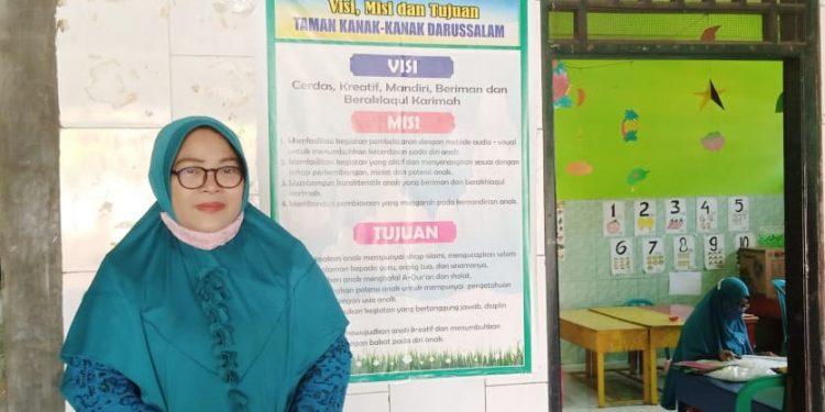 Mufidah, S.Pd, kepala sekolah KB-TK Darussalam Nginden, Sukolilo, Surabaya
