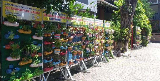 Vertical Garden karya siswa banyak berjajar di halaman SDN Rangkah VI Surabaya